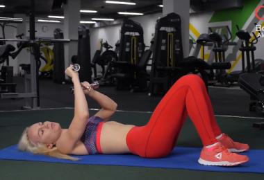 Упражнение на грудные мышцы с гантелями